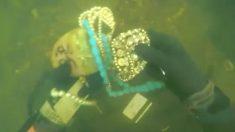 スキューバダイビング、川底で大量のジュエリーを発見