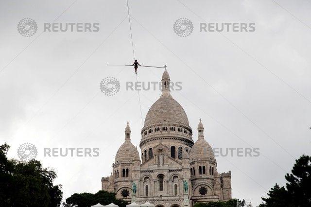 パリで命綱なしで地上35メートルの綱渡り、数百人が見守る