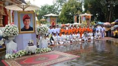 タイ洞窟から救出の少年らが出家修行、死亡したダイバー追悼