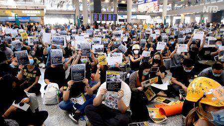 【動画ニュース】空港で外国人に真相を伝える香港市民 政府は市民の訴求を無視